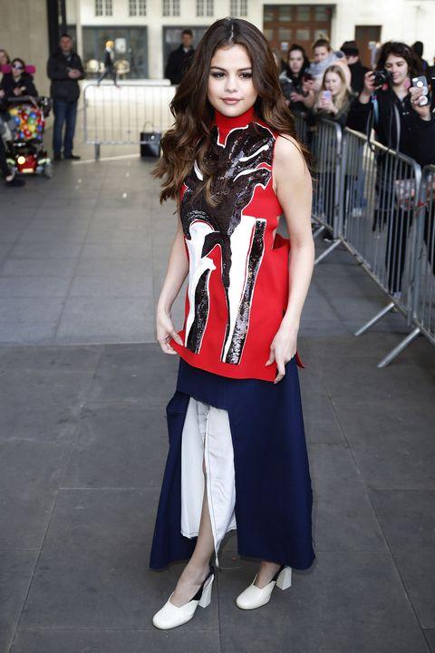 <p> Focus on: la maglia rossa, bianca e blu con paillettes nere che definiscono un volto.</p>
