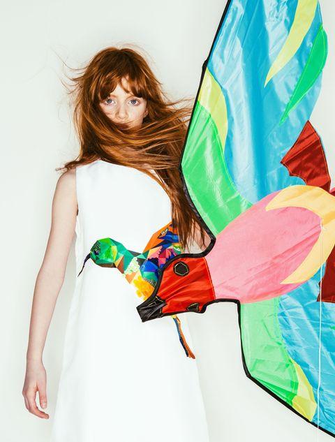 <p><strong></strong>Un uccellino tropicale di paillettes multicolor è ricamato sull'abito di cotone di MSGM indossato da Giada.</p>