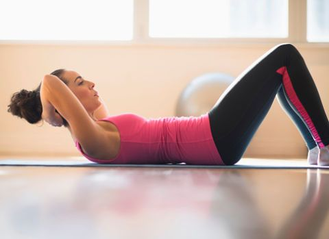 <p>Il classico crunch prevede dei piccoli piegamenti della parte superiore del corpo: da posizione supina, con gambe piegate e mani dietro la nuca, solleva spalle e testa senza mai toccare il pavimento. Effettua 3 serie da 15 ripetizioni l'una. Esercizio sconsigliato a chi soffre di tensioni muscolari al collo e di cervicale.</p>