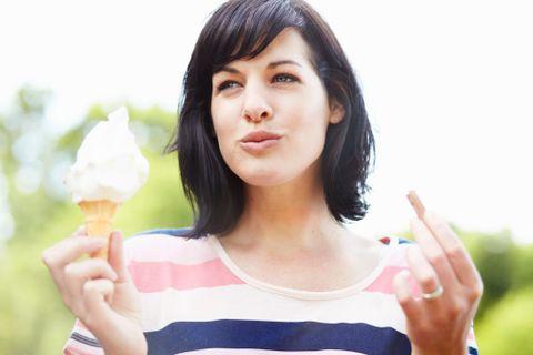 """<p>Non più di uno sgarro a settimana è la conditio sine qua non per non ingrassare. Concediti dolci, pizza, junk food e fritti in piccole quantità e solo una tantum, al massimo una volta a settimana: una gratificazione settimanale ti darà la giusta motivazione per mantenere una <a href=""""http://www.elle.com/it/benessere/diete/"""">dieta sana</a> ed equilibrata il resto dei giorni. Il peccato di gola light? Torte e biscotti all'acqua fatte in casa, senza burro e uova ma gustosi quanto i dolci classici.</p>"""