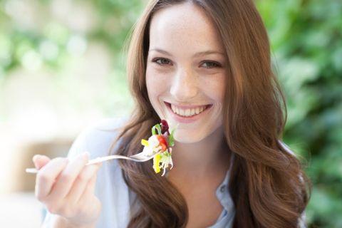 """<p>Saranno le tue alleate a vita, perché contengono pochissime calorie e sono una fonte preziosa di sali minerali e vitamine. Sono le <a href=""""http://www.elle.com/it/benessere/diete/news/g211/verdure-di-stagione-detox-per-depurare-e-disintossicare-organismo/"""">verdure</a> che, ad eccezione di patate e barbabietole, sono da integrare nell'alimentazione quotidiana in abbondanza: aumentano il senso di sazietà e si possono cucinare in mille modi diversi, tutti sani: al vapore, in padella con un filo di olio o al forno.</p>"""