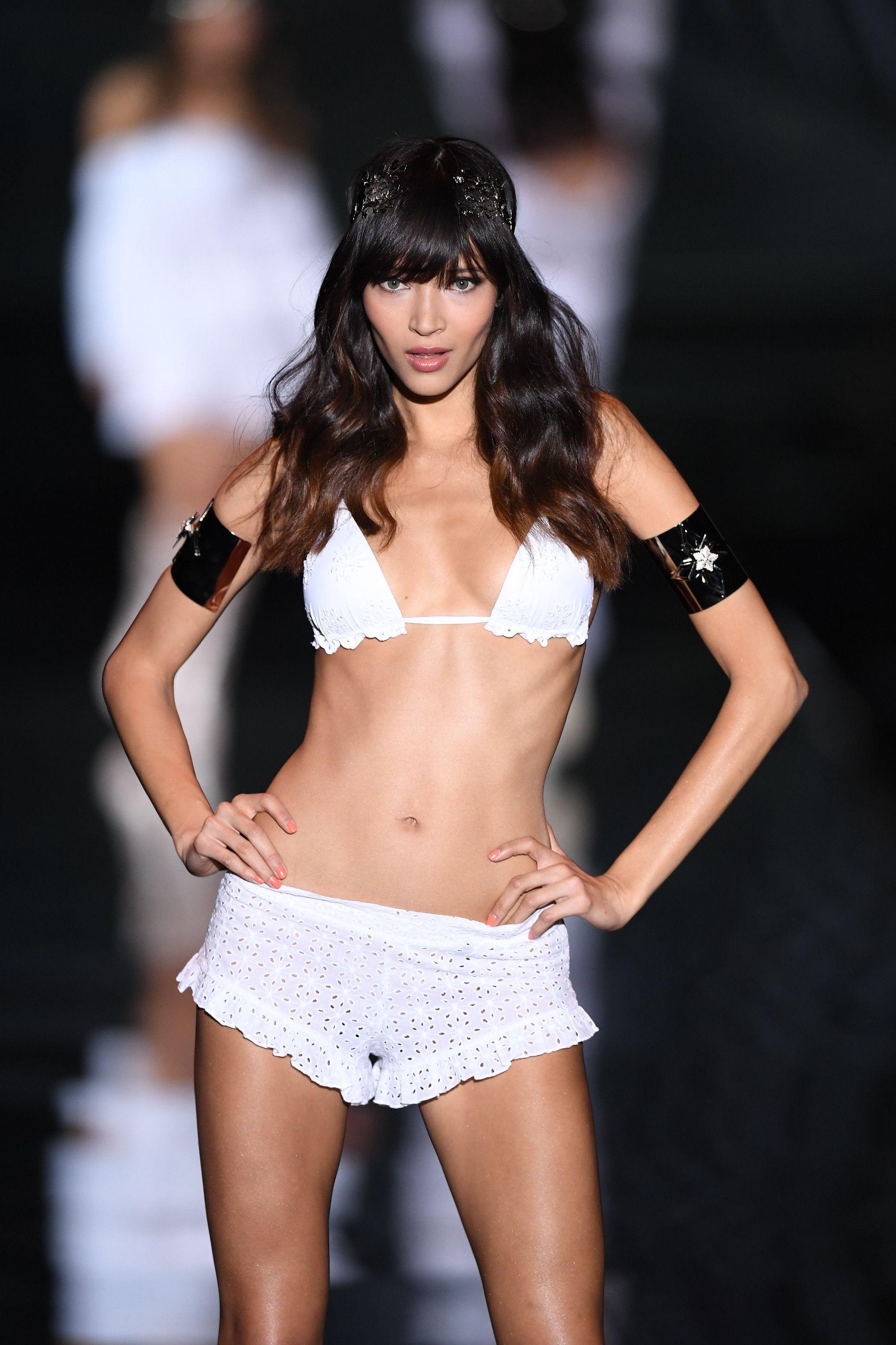 <p>Moda mare 2016: bikini bianco con reggiseno a triangolo e mini shorts in cotone crochet.</p>