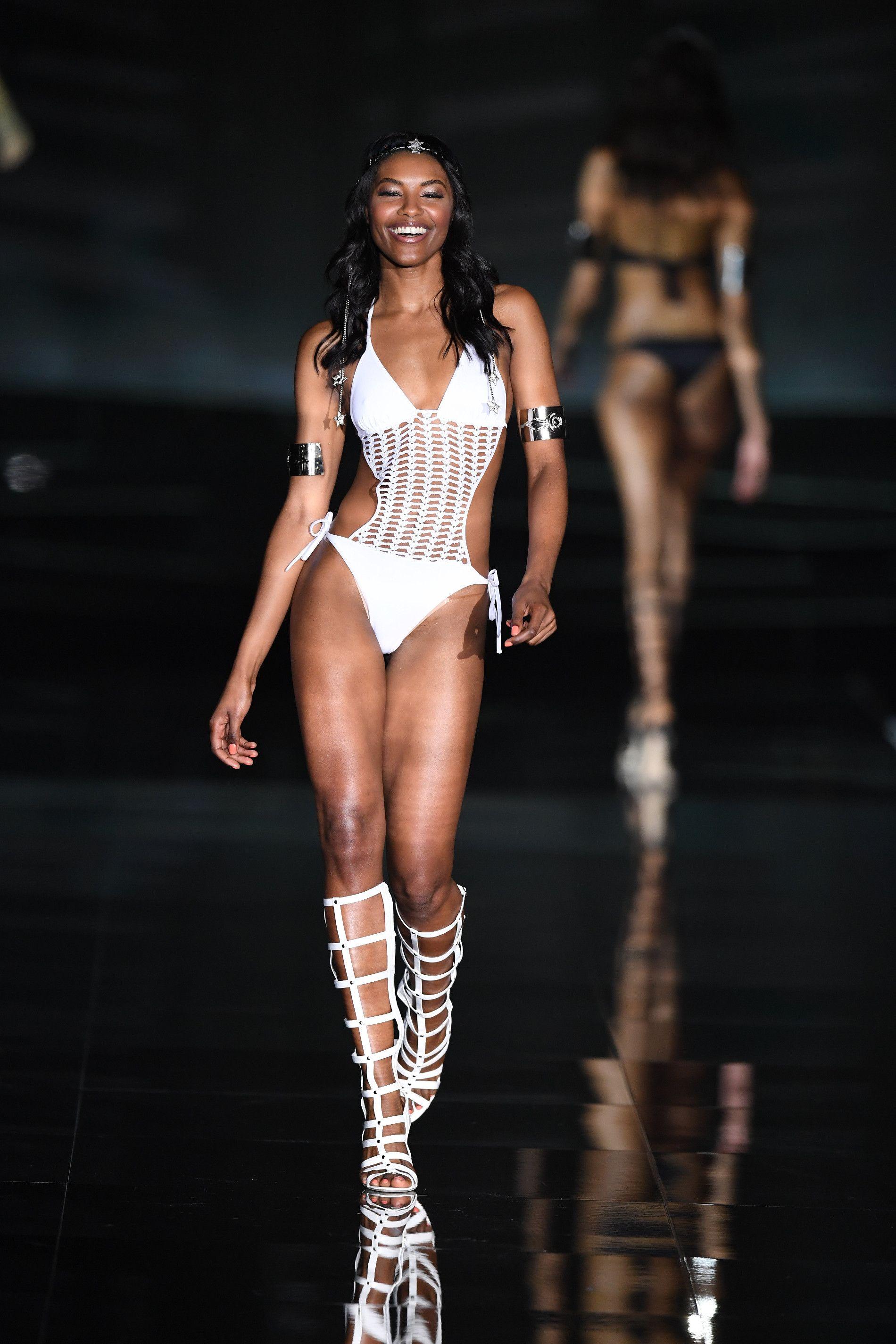 <p>Un grande ritorno: il trikini bianco con dettagli a maglia, anche in questo caso l'accessorio must have, sono i sandali da gladiatore in pendant.</p>