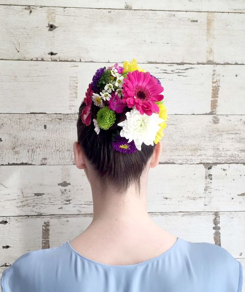 <p>Abbellite lo chignon con i fiori: sistemate quelli più grandi dietro, mentre quelli più piccoli devono essere posizionati sul davanti.</p>