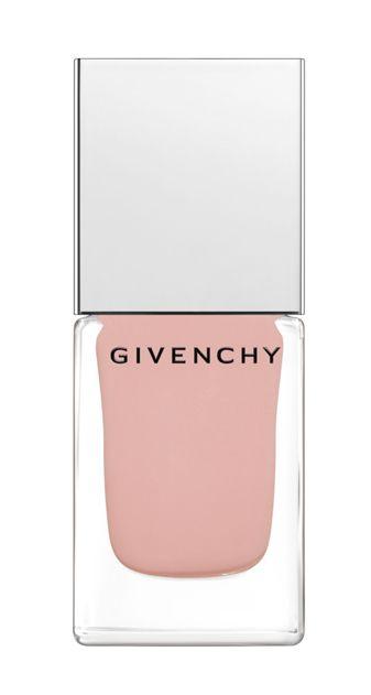 <p>Una sfumatura delicatissima, quasi Rosa Tiepolo, quella di Le Vernis Rose Halo di <strong>Givenchy</strong>: da indossare dall'alba al tramonto su unghie dalla forma a mandorla.</p>