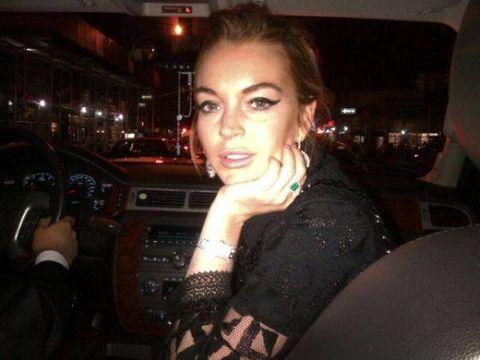 <p>Ecco una rilassata Lindsay mostrare sulla sua pagina Facebook lo smeraldo da capogiro regalatole dal fidanzato Egor, ormai onnipresente in tutti i suoi scatti social. I due, che convivono a Londra, stanno insieme da otto mesi, mesi in cui l'irrequieta attrice ha del tutto cambiato registro, dicendo addio alle vecchie, brutte abitudini. </p><p><br></p>