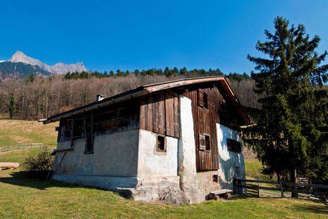 """<p>Monti, capretti, baite. L'universo bucolico di Heidi rivive a Marienfeld (Svizzera, ovviamente). In questo piccolo centro dei Grigioni è stato ricostruito l'ambiente in cui Johanna Spyri ha immaginato le avventure della sua eroina letteraria, poi diventata quel cartone animato con cui sono cresciute un paio di generazioni di adulti. A <a href=""""http://www.heidiland.com"""" target=""""_blank"""">Heidiland</a> c'è anche la baita, che ospita il museo dedicato alla piccola cui sorridono i monti. </p>"""