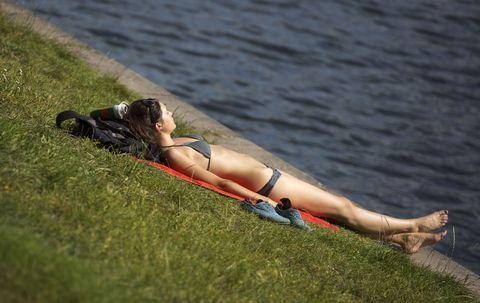 <p><strong>Prendete il sole 10/15 minuti al giorno tutti i giorni,</strong> sul terrazzo di casa o al parco, esponendo la maggior parte di pelle possibile, preferibilmente senza protezione: è il modo migliore per preparare l'epidermide ai raggi estivi, perché così si attivano per tempo le sue difese. </p><p><strong>La pelle preparata in questo modo per almeno un paio di mesi,</strong> al mare d'estate non avrà bisogno di proteggersi con SPF alti e molto alti (da 30 a 50+) che riparano, ma inibiscono anche il fissaggio della vitamina D: sarà sufficiente utilizzare un solare con SPF 10 o 15 che protegge senza coprire troppo.  </p>