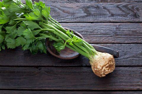 <p>Il sedano contiene vitamina A, importante per l'elasticità della pelle. Inoltre è una verdura con poche calorie, perfetta come spezza fame.</p>
