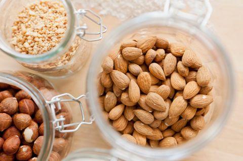 <p>Mandorle, noci, arachidi: tutta la frutta secca è una fonte preziosa di proteine, ferro, sali minerali e fibre. E ha il vantaggio di saziare molto con una media di 600 calorie ogni 100 grammi.</p>