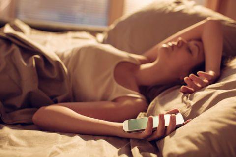 <p>Niente smartphone a letto: i continui stimoli visivi, le notifiche che arrivano sotto forma di suono o vibrazione e la luce dello schermo non permettono alla mente di rilassarsi. Con un telefono perennemente acceso sul comodino o nel letto stesso, la qualità del sonno è compromessa.</p>