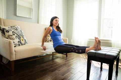 """<p>Per eseguire questo esercizio puoi aiutarti con divani o sedie: appoggia i piedi su un supporto altezza poltrona, mantiene le <a href=""""http://www.gioia.it/benessere/fitness/news/g269/esercizi-da-fare-a-casa-per-rassodare-gambe-e-glutei/"""">gambe</a> unite e dritte. Appoggia le mani rivolte verso il tuo corpo ad un supporto di pari altezza ed effettua 12 piegamenti con le braccia. Ripeti per tre serie.</p>"""