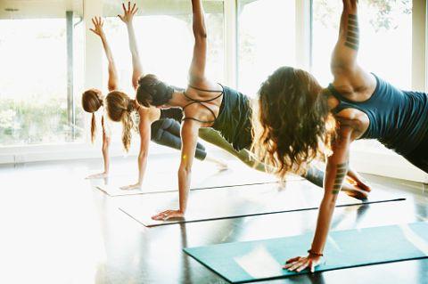 """<p>Anche lo <a href=""""http://www.gioia.it/benessere/sesso/news/a338/yoga-come-riaccendere-il-desiderio-e-intensificare-l-orgasmo-femminile-con-asana-e-respiro/"""">yoga</a> viene in aiuto dei pettorali. Questa posizione aiuta a tonificare tutta la zona alta del corpo ed è semplice da eseguire. Da sdraiata, girati sul fianco e sollevati con un braccio fino a che il corpo non sarà perfettamente allineato. Stendi il braccio opposto verso l'alto e mantieni la posizione per 60 secondi. Ripeti per tre volte.</p>"""