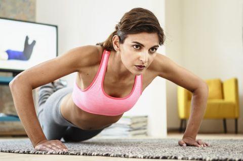 """<p>I piegamenti semplici sono uno degli esercizi più efficaci per i pettorali. Possono essere svolti da prona con le <a href=""""http://www.gioia.it/benessere/fitness/news/g241/come-dimagrire-le-gambe-e-tonificare-le-cosce-in-12-settimane/"""">gambe</a> tese oppure in appoggio sulle ginocchia. In entrambi i casi effettua piegamenti sulle braccia mantenendo il corpo in tensione e senza mai toccare terra. Effettua 3 serie da 15 ripetizioni l'una.</p>"""