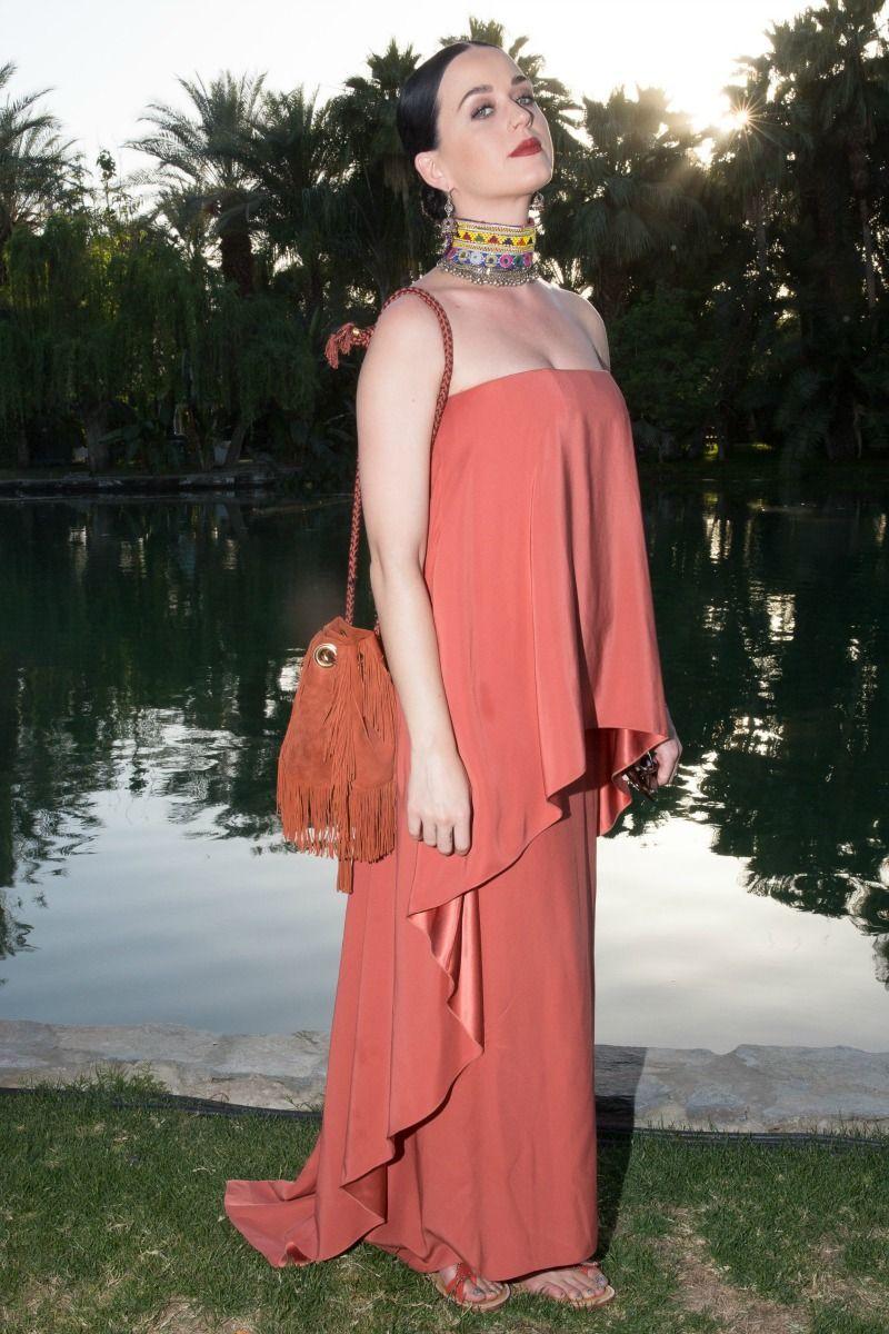 """<p>Long dress per la cantante <a href=""""http://www.elle.com/it/magazine/firme/news/a253/orlando-bloom-e-katy-perry-insieme/"""" target=""""_blank"""">Katy Perry</a>, che al color salmone dell'abito abbina un choker multiplo con pietre. Focus on: la borsa a secchiello con frange. </p>"""