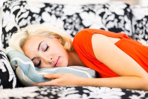 <p>Evita di dormire a pancia in giù: peggiora la respirazione e contribuisce all'insorgenza delle rughe sul viso. </p>