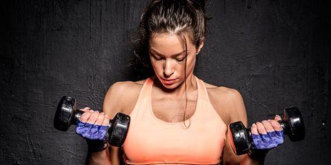<p>Se non disponi di piccoli pesi (2,5-5 kg per mano) puoi optare per qualsiasi oggetto di pari peso. L'esercizio si svolge in posizione eretta, con le gambe leggermente divaricate e piegate, schiena e spalle dritte. Stendi le braccia in avanti ad altezza spalle e ripeti per 15 volte. Effettua 3 serie con un minuto di pausa tra una serie e l'altra.</p>