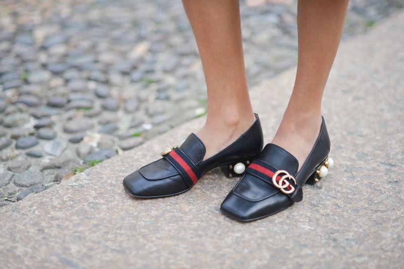 <p>Non solo tacco: Gucci propone anche la versione bassa, fedele alla tradizione e alla storia del mocassino.</p>