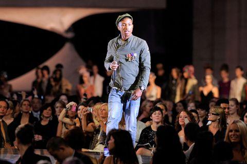"""<p>Musk è noto, ma Pharrell Williams lo è di più. Il musicista e produttore che ha fatto ballare il pianeta con Happy è anche il direttore creativo di <em>Bionic Yarn</em>, azienda che opera nel tessile alternativo. Il progetto di Pharrell si chiama <em>Raw for the Oceans</em>, e consiste nel produrre indumenti in denim - jeans, giacche, camicie - dalla plastica dispersa in mare. I passi sono semplice: si raccolgono i rifiuti, li si tritura, si ricava una miscela da cui nasce un """"bionic yarn"""", cioè un filo bionico che poi viene impiegato nella lavorazione del denim. </p>"""