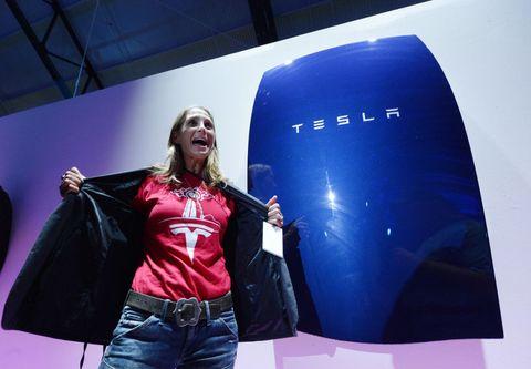 <p>La storia più nota è quella di Elon Musk, l'imprenditore che ha dato vita a <em>Tesla</em>. Quando se ne parla si pensa soprattutto alle automobili, gioielli di design e tecnologia a energia elettrica. Le prime due vetture - la sportiva S e il crossover X - non sono alla portata di tutti (si parte dagli 80mila euro in su), così Musk ha pensato a una macchina per i mercato di massa e ha prodotto la Model 3, che costa solo 31mila euro. L'imprenditore statunitense (ma di origini sudafricane) sta lavorando anche sulle case, sognando un mondo senza combustibili fossili. Il prodotto che dovrebbe rivoluzionale la fornitura energetica domestica è una mega batteria: 100 kg, 1,30 cm di altezza e 86 di larghezza. Un totem, ma così elegante da essere appesa al muro di casa. Funziona a ioni di litio. È l'aggeggio in blu nella foto, accanto a un'entusiasta (che ovviamente non è Elon Musk).</p>