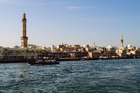 <p>Per un tuffo in mare c'è la spiaggia di <strong>Jumeirah </strong>con l'hotel Burj Al Arab a forma di vela; per lo shopping la vecchia Dubai con i suq dell'oro e delle spezie sulle sponde del <strong>Creek</strong> (nella foto), l'insenatura navigabile piena zeppa di <em>dhow </em>(le barche in legno dei pescatori trasformate in taxi-boat a uso e consumo di residenti e turisti). </p>