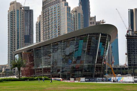 <p>Poi entri nel <strong>Dubai Mall,</strong> il più grande centro commerciale mai realizzato, e capisci che questa è proprio la città dei Guinness. Dove, in poche centinaia di metri, puoi trovare un acquario da record con 33.000 pesci, la fontana danzante che spruzza acqua al ritmo di note classiche e jazz, hotel di super lusso con vista e un progetto annunciato, l'<strong>Opera House</strong> (nella foto), che entro la fine dell'anno arricchirà con un teatro e una concert hall il panorama della cultura locale.</p>