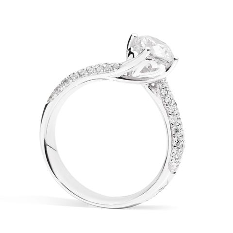 <p>Un tocco prezioso e per sempre come un diamante:  l'anello solitario in oro bianco 18 Kt, diamante taglio brillante e pavè di diamanti della collezione Anniversary di Recarlo.</p>