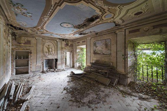 <p><strong>Nicola Bertellotti</strong>, ha scelto come soggetti dei suoi lavori edifici abbandonati, in totale decadimento.</p><p>Fotografia.The grand duchy, 2015, stampa Fine Art su pannello, cm 70 x 100, Edizione di 3, Courtesy: Maelstrom Art Gallery</p>