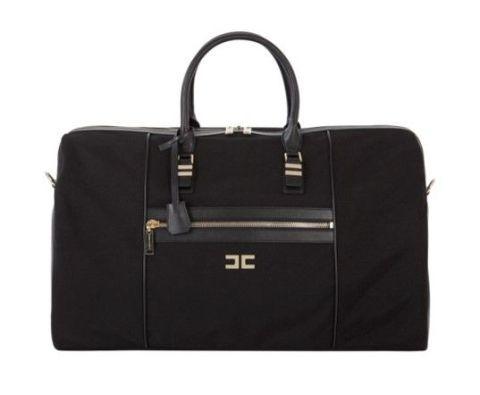 <p>Per un weekend con stile: il nuovo borsone da viaggio di Elisabetta Franchi in tela e dettagli in eco-pelle con logo in oro-light.</p>
