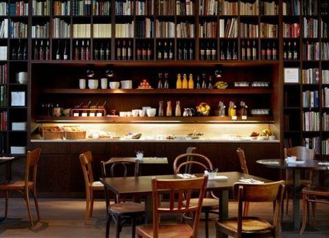"""<p>Ricavato da un ex birrificio, il <a href=""""http://www.b2boutiquehotels.com/index.php/en/"""">B2 Boutique Hotel</a> di Zurigo è il luogo ideale per chi ha bisogno di staccare per un po', ma non ha tempo di andare in luoghi esotici: l'albergo dispone infatti di una confortevole spa con piscine e bagno di vapore e di una confortevolissima Wine library, illuminata da candelieri ricavati da bottiglie di birra, che ospita 33.000 libri. In questo accogliente spazio gli ospiti possono rilassarsi, leggere, parlare, navigare in rete, conversare con gli amici e degustare ottimi snack, accompagnati da ottimi vini e da un'ampia selezione di birre, a qualsiasi ora del giorno e della notte.</p>"""