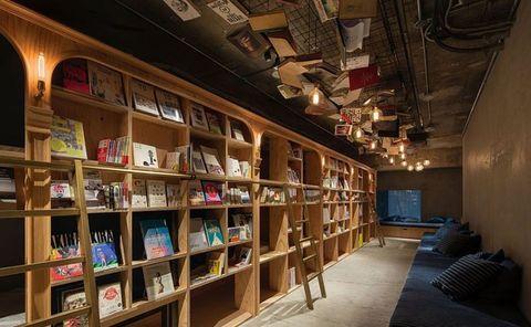 """<p>Progettato dagli architetti Makoto Tanijiri e Ai Yoshida dello studio Suppose Design Office, il <a href=""""http://bookandbedtokyo.com/en/"""">Book and bed</a>  si trova nel quartiere di Ikebukuro, nella parte settentrionale della città. Questo ostello di design ricorda molto i tipici <em>capsule hotel</em> giapponesi, ma in versione più confortevole e accogliente: anche qui non ci sono sono vere e proprie stanze, ma rientranze tra gli scaffali di libri (più di 1.700, scritti in inglese e giapponese), dotate di un comodo materasso. C'è chi legge tutta la notte, chi si addormenta nella """"cuccetta"""" leggendo il romanzo preferito, persino bibliofili che a bassa voce si rilassano su divani e grandi cuscini scambiandosi consigli di lettura. I bagni sono in comune, il wi-fi è gratuito e c'è la possibilità di fermarsi anche solo per un pisolino pomeridiano.</p>"""