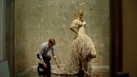 <p>Una giornata al Metropolitan Museum di New York, in un lunedì in cui si lavora al gala degli oscar della moda e a una mostra - <em>China: Through the Looking Glass </em>- che risulterà tra le cinque più viste della storia del museo. Per capire quanto lavoro ci sia dietro la cultura. </p>