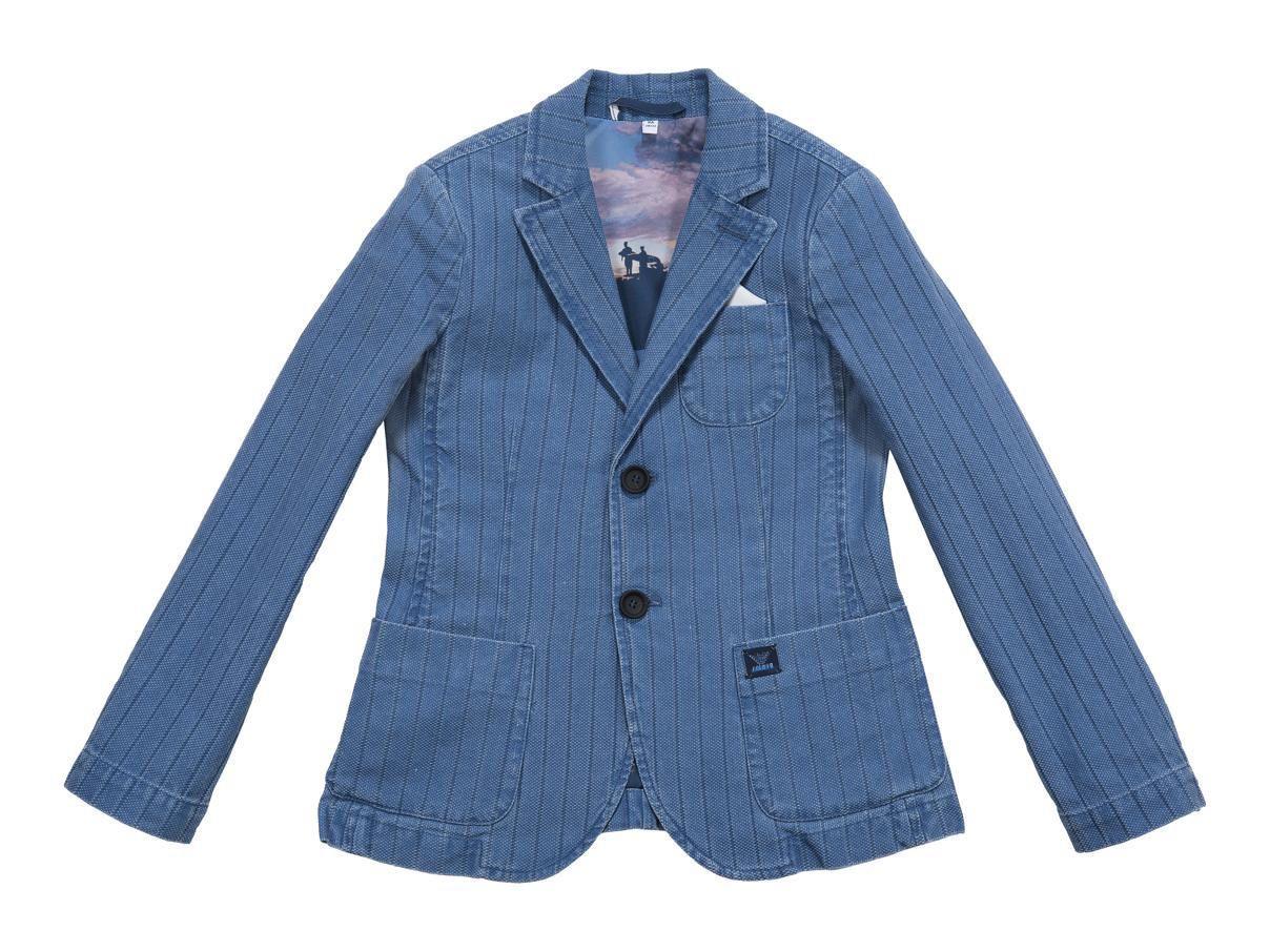 """<p><strong></strong>Monopetto e non """"rigida"""", la giacca di Armani Junior. Con T-Shirt e pantaloni chiara è elegantissima.</p>"""