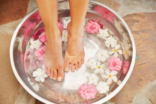 <p>Non c'è beauty routine più rilassante di una <strong>pedicure con rimedi naturali</strong> fatta in casa. Il primo step è il pediluvio. Mettere a bagno i piedi in acqua ha molteplici vantaggi: in estate li rinfresca e defatica le gambe, in inverno è una calda coccola per la pelle disidratata. L'unica accortezza è che la temperatura dell'acqua non sia troppo alta, specie se soffri di capillari delicati o vene varicose. Per ammorbidire la pelle puoi usare del bicarbonato di sodio, per rinfrescare l'olio essenziale di menta e per un pediluvio rilassante dell'olio essenziale di lavanda. Ottimi anche i sali da bagno e dei fiori freschi.</p>