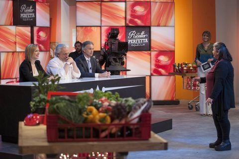 """<p>Immaginate di essere un cuoco e di inventare una ricetta particolarissima, tutta vostra: dove vorreste vederla servita? Il bello di questo programma (<strong>Canale 5</strong>, ogni domenica alle 9.50) è proprio nella destinazione finale dell'idea che vincerà: gli scaffali di un supermercato. I 21 <a href=""""http://www.gioia.it/spettacolo/tv/news/g278/antonio-cannavacciuolo-cucine-da-incubo-in-tv-su-canale-nove-quarta-stagione/"""">cuochi</a> amatoriali che partecipano al <strong>talent show</strong>, condotto da Cristina Chiabotto, sono guidati da tre giudici di chiaro livello: Davide Scabin come chef stellato&#x3B; Maurizio Pisani, come esperto di marketing&#x3B; Margherita Contin come brand ambassador di Lidl Italia. E cioè la catena che distribuirà le ricette vincenti, trasformate in piatti pronti e venduti con il marchio Italiano, che indica la linea d'eccellenza dedicata al cibo di casa nostra. Per una volta, anche i consumatori potranno provare le idee dei novelli chef.</p>"""
