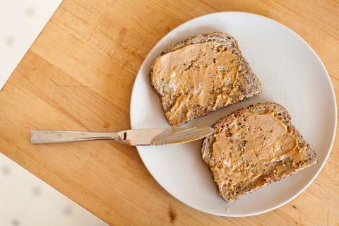 <p><strong>Prima colazione:</strong> una fetta di pane tostato con burro di arachidi o di noci.</p><p><strong>Seconda colazione:</strong> frutti di bosco e un cucchiaio di mandorle. Una colazione completa che risveglia il metabolismo.</p>