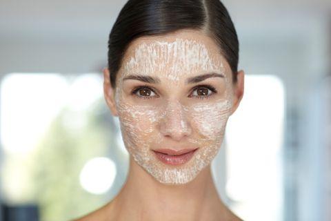 <p>Per sfruttare le proprietà astringenti del limone, puoi usarlo per preparare una maschera da applicare sul viso, unendolo all'albume dell'uovo. Consigliata se hai la pelle grassa.</p>