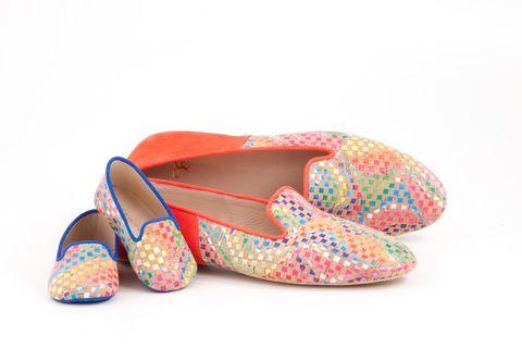 <p>Chi ha detto che in casa non ci vuole stile, tanto più in coppia? Ci ha pensato Elena Del Carratore, designer e manager di Adoro Te, con la sua collezione di slipper, molto chic, per adulti e bambini. Hanno il comfort delle pantofole ma il gusto e la ricerca delle lavorazioni di una perfetta scarpa per tutti i giorni. Chic come una dimora in campagna e trendy come un loft in città.</p>
