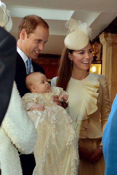 """<p>Il piccolo principe è terzo in linea di successione al trono, dopo il nonno Carlo e il papà William. George <a href=""""http://www.elle.com/it/magazine/storie/a515/kate-middleton-figli-vestiti-sempre-uguali/"""">indossa sempre abiti deliziosi e semplici</a> e recentemente ha accolto il presidente Obama <a href=""""http://www.elle.com/it/magazine/storie/news/a508/kate-middleton-obama-principe-george-foto/"""">con un morbido accappatoio</a>.</p>"""