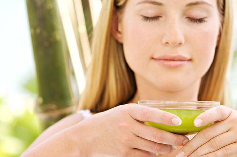 """<p>Il tè verde aiuta a bruciare i grassi in eccesso, e soprattutto, accelera il metabolismo. Inoltre grazie alla sua azione diuretica ci aiuta a depurarci e a combattere la ritenzione idrica, tra i responsabili della comparsa della <a href=""""http://www.elle.com/it/bellezza/viso-e-corpo/news/a363/come-eliminare-la-cellulite-con-5-trattamenti-rapidi-per-gambe-e-glutei-da-cominciare-subito/"""">cellulite</a>. Bevine mezzo litro al giorno insieme a 1,5 litri di acqua e ti sentirai più leggera.</p>"""