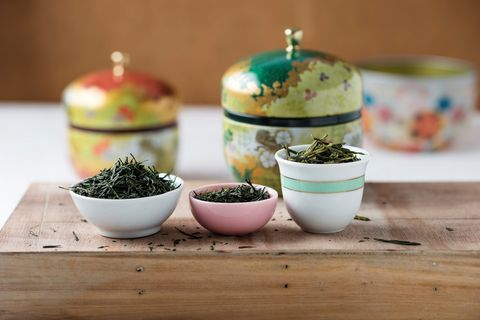 <p>Grazie ai polifenoli, il tè verde ha una potente azione antinfiammatoria. Per ottenere più benefici è consigliabile non far bollire l'acqua, bisogna solo scaldarla e versarla sulle foglie. Il tempo di infusione non deve durare troppo, mai superare i 7 minuti.</p>