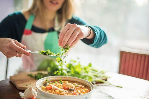 """<p>Le <a href=""""http://www.elle.com/it/benessere/diete/news/g236/proteine-vegetali-le-migliori-10-per-una-dieta-vegetariana-equilibrata/"""">proteine</a> non devono mai mancare, anzi, il loro quantitativo va aumentato, eliminando grosse quantità di pasta, pane e prodotti da forno. Scegli carne, preferibilmente bianca di pollo o tacchino, o pesce, magro (orate, merluzzo, trota, oppure gamberi), il tutto cotto alla griglia o al forno. Utilizzate le spezie per dare più sapore ai piatti.</p>"""