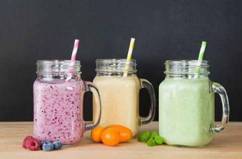 <p><strong>Prima colazione:</strong> frullato di banana, latte di mandorle o di soia, verdura a foglia verde a piacere (broccoli, cavolo, sedano o cetrioli) e una noce di burro di noci o arachidi. Una combinazione che mixa in modo bilanciato proteine di alta qualità e grassi.<span></span><br></p><p><strong>Seconda colazione:</strong> un cucchiaio di hummus di ceci e una fetta biscottata integrale.</p>