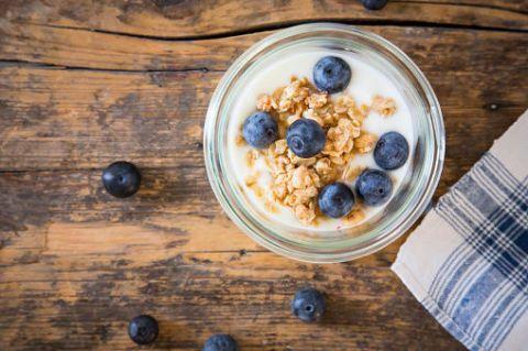 <p><strong>Prima colazione:</strong> un vasetto di yogurt bianco magro greco con l'aggiunta di frutti di bosco. È una colazione leggera e facilmente digeribile.</p><p><strong>Seconda colazione:</strong> due uova sode, che sono veloci da mangiare e nutrienti senza appesantire.</p>