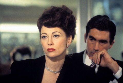 """<p>Direttamente dall'età dell'oro di Hollywood, ecco il ritratto impietoso di una delle sue dee: Joan Crawford. Che l'attrice non fosse una santa è sempre stata cosa nota, ma a darne un ritratto ai confini con la follia fu il libro-denuncia della figlia adottiva Christina, da cui è tratto il film <em>Mammina cara</em> con una allucinata Faye Dunaway nel ruolo di protagonista. Dedita all'alcol e affetta da mille ossessioni, la """"mammina"""" del titolo tormenta in ogni modo i figli, sfogando su di loro frustrazioni e manie.</p><p>Livello di cattiveria: massimo, tanto più che, a dire di Christina, è tutto tristemente vero. </p>"""