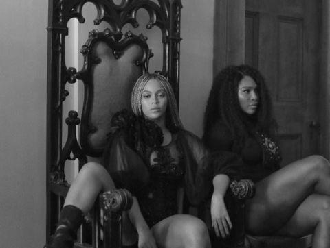 """<p>Non un semplice disco, ma un album visivo dove ognuna delle 12 tracce è accompagnata da un <a href=""""https://www.youtube.com/watch?v=okGJ-Fto36Q"""" target=""""_blank"""">video</a> nuovo di pacca e ogni volta più bello. Questo è <em>Lemonade</em>, nuovo super lavoro della sempre più sorprendente Beyoncé che stavolta non voleva lasciare prigionieri: dalle featuring con artisti del calibro di James Blake, Jack White e Kendrick Lamar, al cameo di Serena Williams (con tanto di twerking) nel video di <em>Sorry</em> fino ai versi della poetessa 27enne somalo-britannica Warsan Shire<span class=""""redactor-invisible-space""""> a introdurre l'ascolto («Ho cercato di fare di te una casa / Ma le porte sono diventate botole<span class=""""redactor-invisible-space"""">»<span class=""""redactor-invisible-space""""> e già si mormora che la pop star si riferisca ai tradimenti del marito Jay Z) Queen Bey stavolta ha davvero dato il meglio di sé. </span></span></span>E in vista della sua unica tappa italiana del Formation Tour, il 18 luglio a San Siro, non avrebbe potuto alzare più di così l'asticella dell'aspettativa. </p>"""