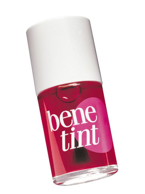 <p>Supertrasparente, garantisce una perfetta tenuta  grazie a speciali pigmenti colorati. Si stende con il pennellino, come fosse uno smalto. Benetint Blush, <strong>Benefit</strong> (€ 34,50).</p>