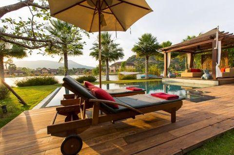 <p>Continuiamo a volare in giro per il mondo, e atterriamo a Prachuap Khiri Khan, in Thailandia. Vasche idromassaggi e aree living incastonate tra due piccoli laghi sono il plus di questa splendida casa vacanza.</p>
