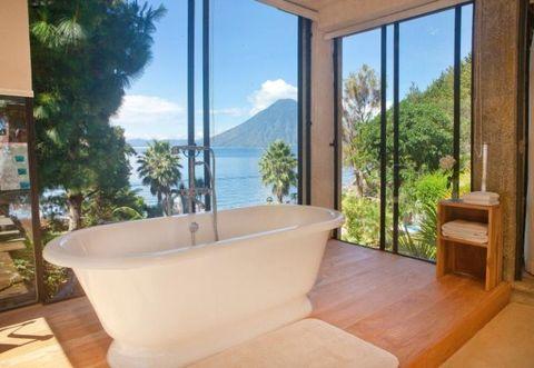 <p>Si vola in Guatemala, sul Lago Atitlan. A Sololà (mai nome fu più azzeccato) la casa vacanza è una villa con piscina d'acqua salata e stanza per lo yoga affacciata sui vulcani che incorniciano il lago. </p>