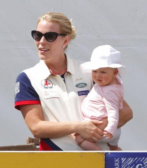 """<p>Mia Tindall ha sangue sportivo nelle vene (oltre a quello blu, naturalmente!): sua madre Zara Phillips (cucina di Will e Harry) è una campionessa olimpica di equitazione, e suo padre, Mike Tindall, è un giocatore di rugby. Recentemente la piccola Mia ha rubato la scena alla nonna, la Regina Elisabetta, perché in una delle <a href=""""http://www.elle.com/it/magazine/personaggi/news/a494/regina-elisabetta-annie-leibovitz-foto-90-anni/"""">foto ufficiali per i 90 anni della sovrana</a>, se ne stava in posa con la borsetta in mano!</p>"""